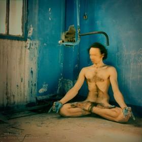 Autoportrait de nu en position lotus de yoga: méditation